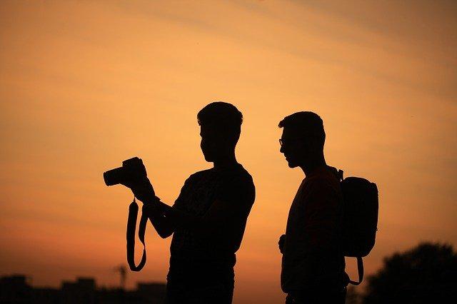 muži s foťákem