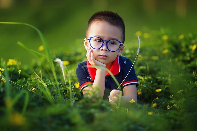 kluk v trávě