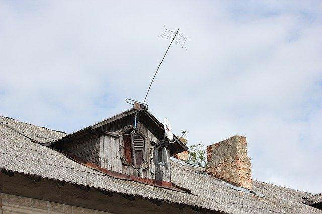 antena na střeše