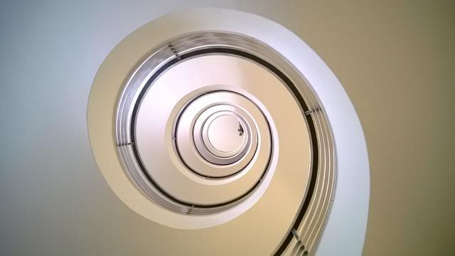 Svetlé schodisko v točitom tvare.jpg