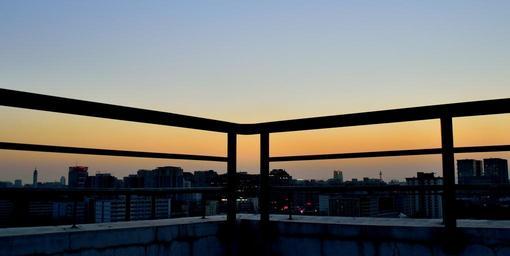 Balkón, výhľad na mesto, západ slnka